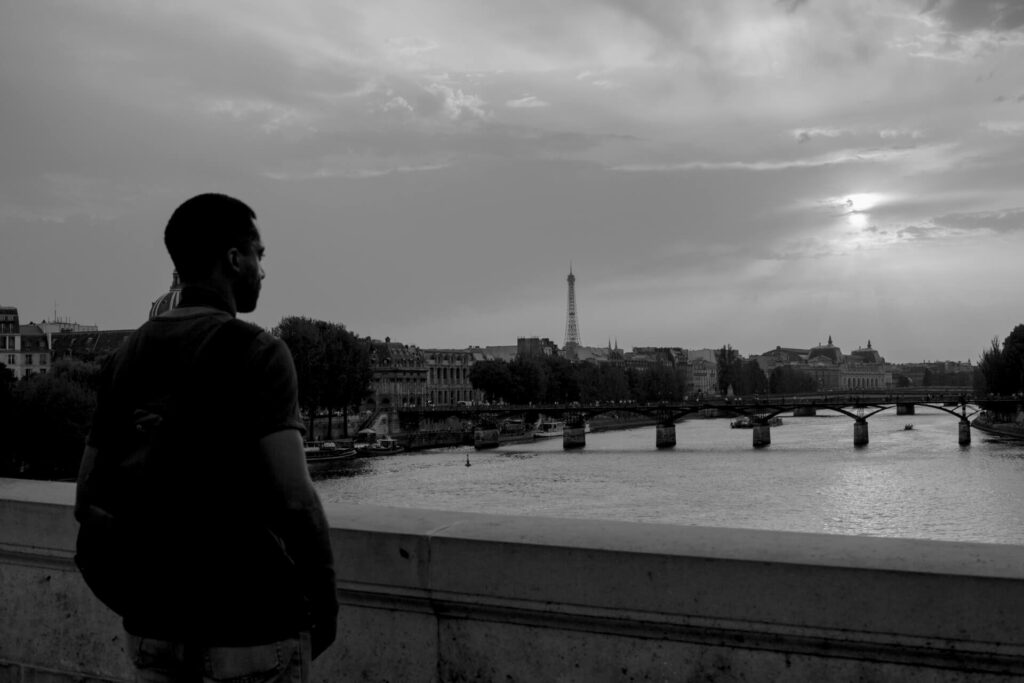 Lá embaixo o rio mantém seu curso. Fim de tarde em Paris.