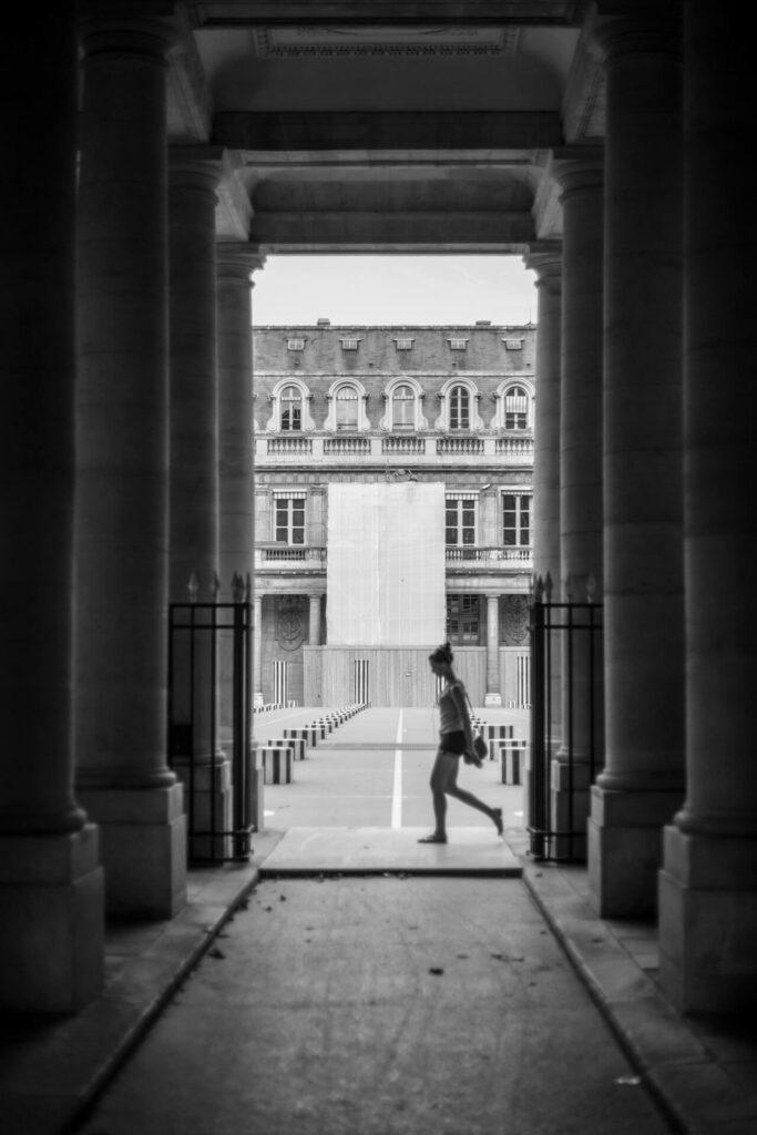 Acalma a mente na entrada do palácio. Alguns pensamentos